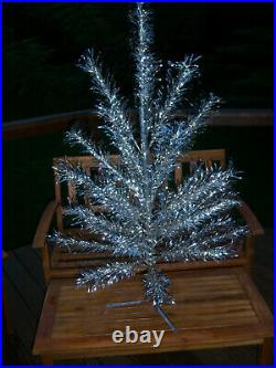 Pretty Collector's Vtg 4.5 Ft. Aluminum Stainless Silver Regal Christmas Tree